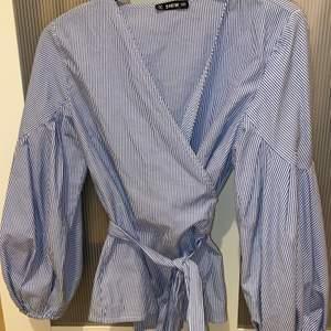 Randig Omslott blus från Shein i strl S, blå och vita ränder. Kan bara posta och köparen står för frakten😁