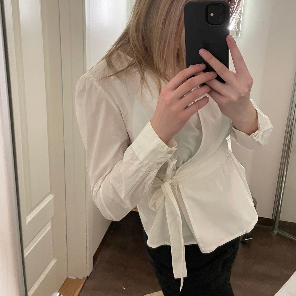 Jättefin omlottskjorta som man knyter själv. Använd några fåtal gånger. Storlek XS. Skjortor.