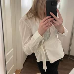 Jättefin omlottskjorta som man knyter själv. Använd några fåtal gånger. Storlek XS