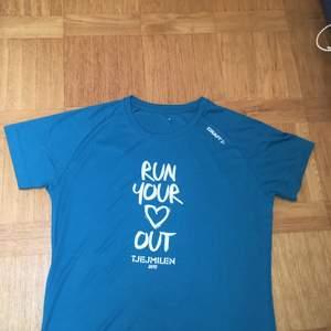 HELT OANVÄND t-shirt i superskönt träningsmaterial. Så fin turkos färg som är svår att fånga på bild, syns bäst på andra bilden! Samfraktar eller möts upp på gröna linjen🥰