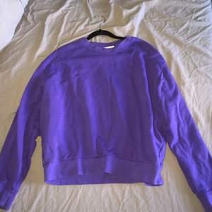 En lila tröja som är i en jätte fin lila färg. Storlek XS men en som har S kan också ha den. Tröjan är från weekday.