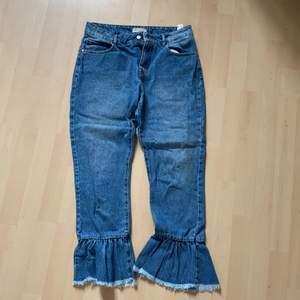 Blå flare jeans köpt på asos vill jag minnas, strl 36 men är kanske lite mer mot 38. Har något år på nacken men felfria och grymt snygga till sommaren, slutar lite ovanför fotleden för fri luft