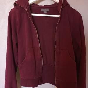 Snygg vinröd hoodie från Acne Jeans i strl S. Fint skick. Gratis frakt.