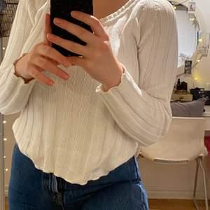En vit stickad tröja i storlek XS/S, stilren och passar till allt❣️