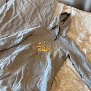En längre variant av hoodie från superdry💕 grå och använd Max 2 gånger💗 köpt i gallerian i Stockholm💗 storlek 38/s