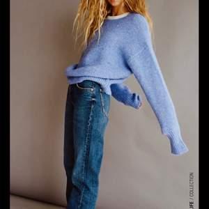 Jeans mid Rise straight full från Zara, använda 1 gång, säljer pågrund av att de är för långa för mig som är 156 men väldigt snygga. Slutsålda på hemsidan. De är i strolek 36. Start bud är 120kr