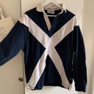 Säljer denna snygga rugby nations sweatern, köpt på second hand. Storlek L men även oversized i passformen och skick 9/10 skulle jag nog säga!