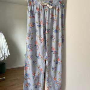 Super söta pyjamas byxor med blommönster från Primark! Tunna o sköna för sommaren. Elastisk midja. ALDRIG använda så i utmärkt skick!
