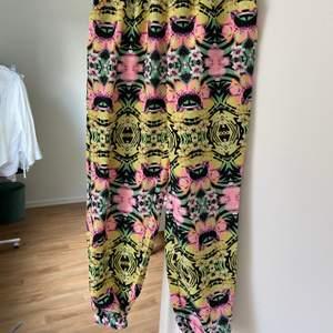 Härliga mönstrade byxor från Primark. Två fickor och är i ett svalt typ av syntet material. Perfekt för sommaren! Elastisk midja och lite åtsittande runt anklarna. ALDRIG använda så i utmärkt skick!