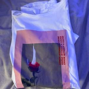 Jätteball t-shirt från NAKD. Säljer eftersom jag helt enkelt har tröttnat på den 🌹🔥 Strl XS och säljer för 70kr + frakt ❤️