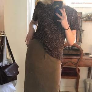Asfin brun t shirt med guldmönster. Köpt på beyond retro!