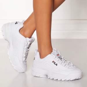 Säljer ett par vita fila skor i strl 39. Aldrig använda och därmed endast stått och hängt under sängen. Nyskick.  Hel vita, mjölkvita på insidan & fina detaljer runt skon.  Passar även en 38.