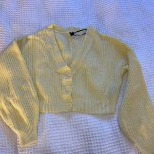 Super fin stickad tröja som säljs då jag glömt bort den lite grann! Endast använd en gång så den är i nyskick! Kika in den vita likadana jag tidigare sålt för att se hur den sitter på