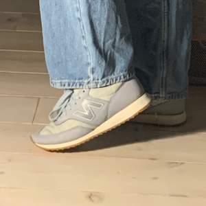 Jättefina sneakers ifrån new balance 🤎, knappt använda. Reflex på sidan 💖💖