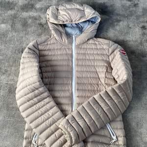 Säljer denna superfina beige/grå Colmar jacka. Använd typ en gång och är i nyskick.💕 Priset går alltid att diskuteras💕