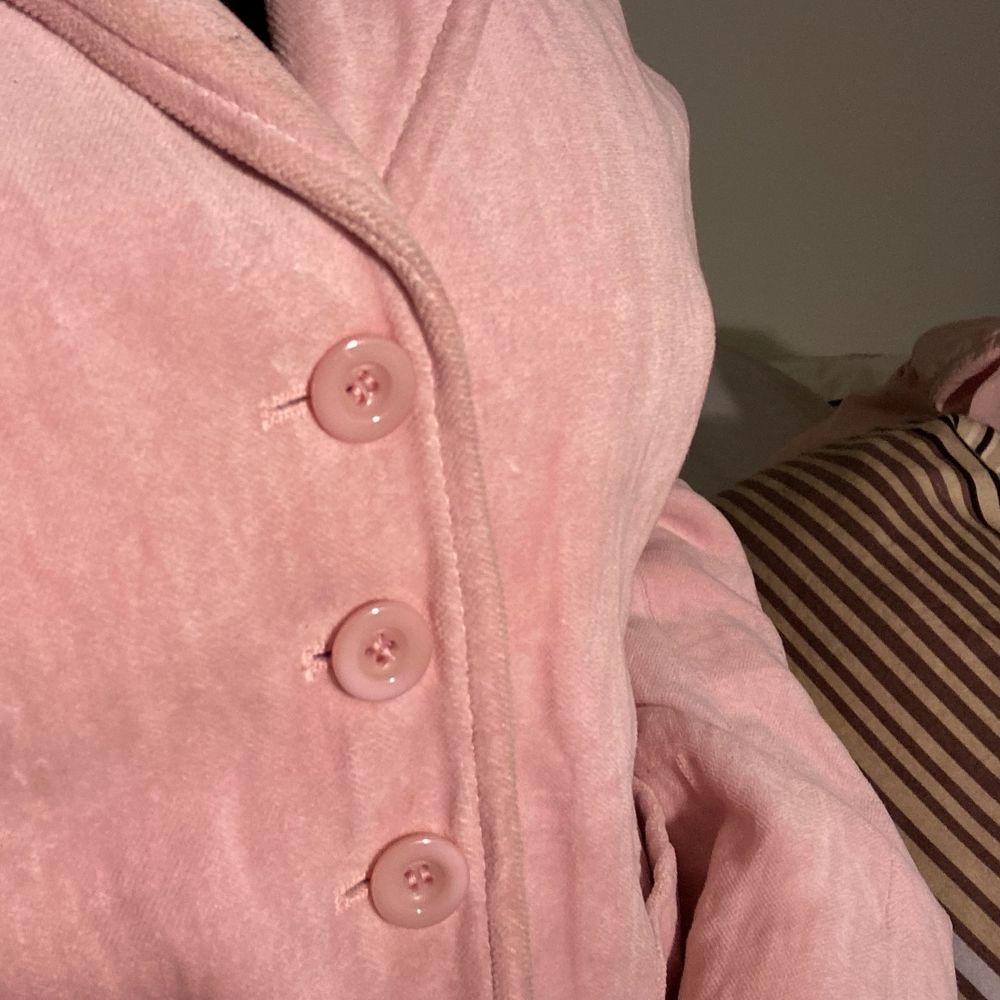 Mjuk babyrosa kavaj från Marc Aurell. Figursydd med lite axelvadd för forms-skull. Köpt secondhand men för stor för mig:( i storlek 40. Köparen står för frakt! . Kostymer.