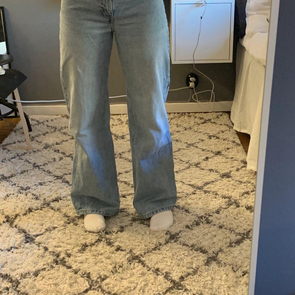 Säljer mina fina jeans ifrån monki! Väl använda men bra skick. Litet hål kom privat för bild på hålet. Säljer då dem är lite för stora. Även lite långa på mig som är 159. Köparen står för frakten. Buda med 10kr+ varje gång eller köp direkt för 200kr 💖💖 osäker på vad frakten är på i nuläget!. Jeans & Byxor.