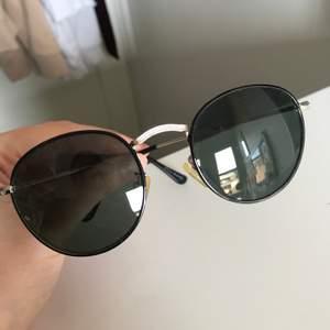 Super snygga solglasögon med guld detalj i mitten, inga repor på och en liten påse tillkommer😎