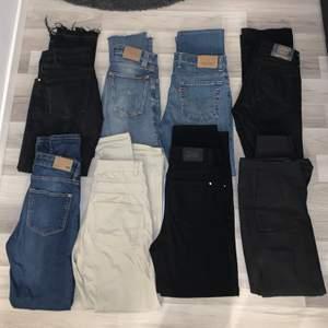 Jeans i olika modeller mom jeans, bootcut, tighta, hål vid knäna och även ett par kostymbyxor :) tveka inte att skriva ifall ni vill ha fler bilder eller har frågor 💞 pris varierar så skriv privat 😊