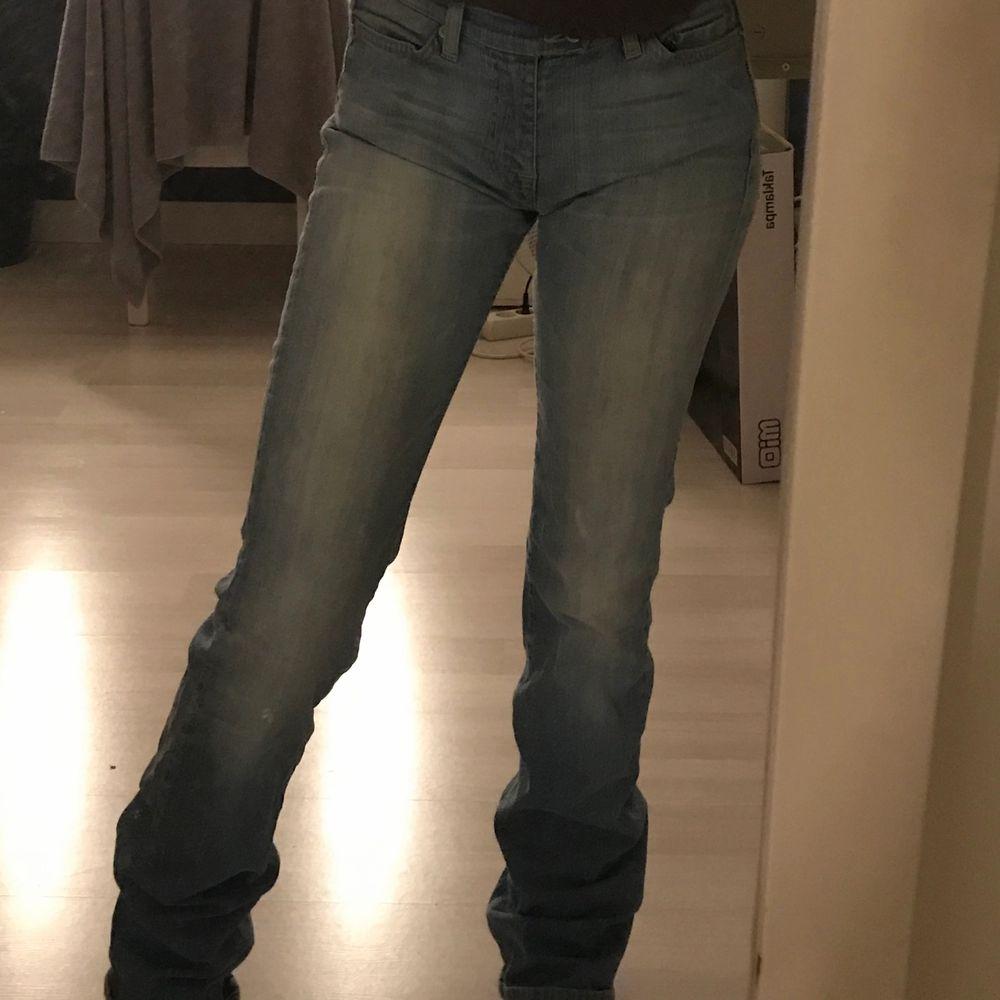 ljusblåa jeans (utsvänga) . Jeans & Byxor.