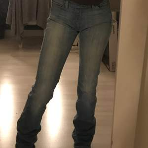 ljusblåa jeans (utsvänga)