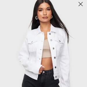 Super fin jeansjacka i nyskick, aldrig använd. Strl M.              Frakt 55kr. Skriv för mer bilder