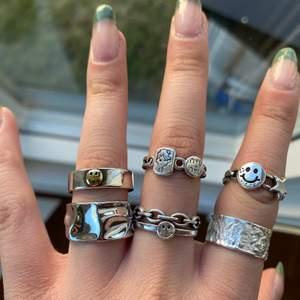 Ringar i sterling silver eller rostfri stål. 130kr styck. Frakt tillkommer på 12kr. Alla är justerbara.  1 ring för 130kr 2 för 240kr 3 för 300kr. Gäller alla ringar på mina andra annonser med!