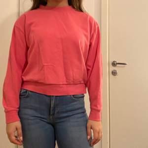 rosa/korall sweatshirt som sitter lite croppad men ändå inte för kort. använd 5/6 gånger och är i bra skick