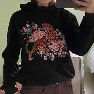 Svart hoodie med coolt tryck på framsidan. Köpt på ginatricot i storlek xs men passar även s.