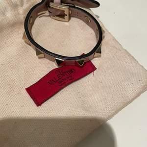 Valentino armband ljusrosa❤️ Köpt 2020 på Valentino nypris: 1800 kr. Fått väldigt många som vill köpa budet ligger på 900 kr om man e intresserad av att köpa skriv till mig. Du kan även köpa armbandet direkt för 1100 + 66 kr (frakt)❤️