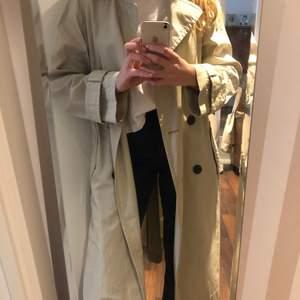 Fin beige trench coat från H&M i knappt använt skick. 280kr+frakt