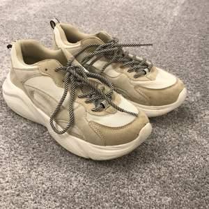 Snygga sneakers som endast är använda en gång i str. 38