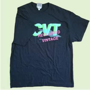 Väldigt väldigt snygg tshirt från Reclaimed Vintage. Den är väldigt stor och är i en oversized modell.                   Frakt tillkommer :)