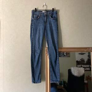 "Mörkblå jeans från Gina tricot. Designen ""Lisen"". Storlek 36."