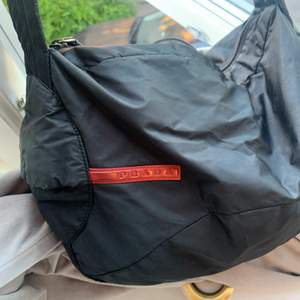 Säljer denna äkta Prada väskan som tyvärr aldrig kommer till användning och undrar om ngn då vill ta över denna fina väskan.Den är köpt för ungefär 10 år sedan då det är min mammas gamla väska. Säljer för 3500 inklus frakt! PRISET KAN DIKAUTETAS VID SNABB AFFÄR!!❤️❤️Skriv gärna priv om fler frågor eller bilder!