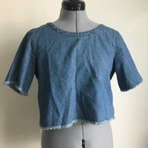 Magtröja i jeans liknande tyg från Monki. Bra skick. Storlek XS. Köparen står för frakten.