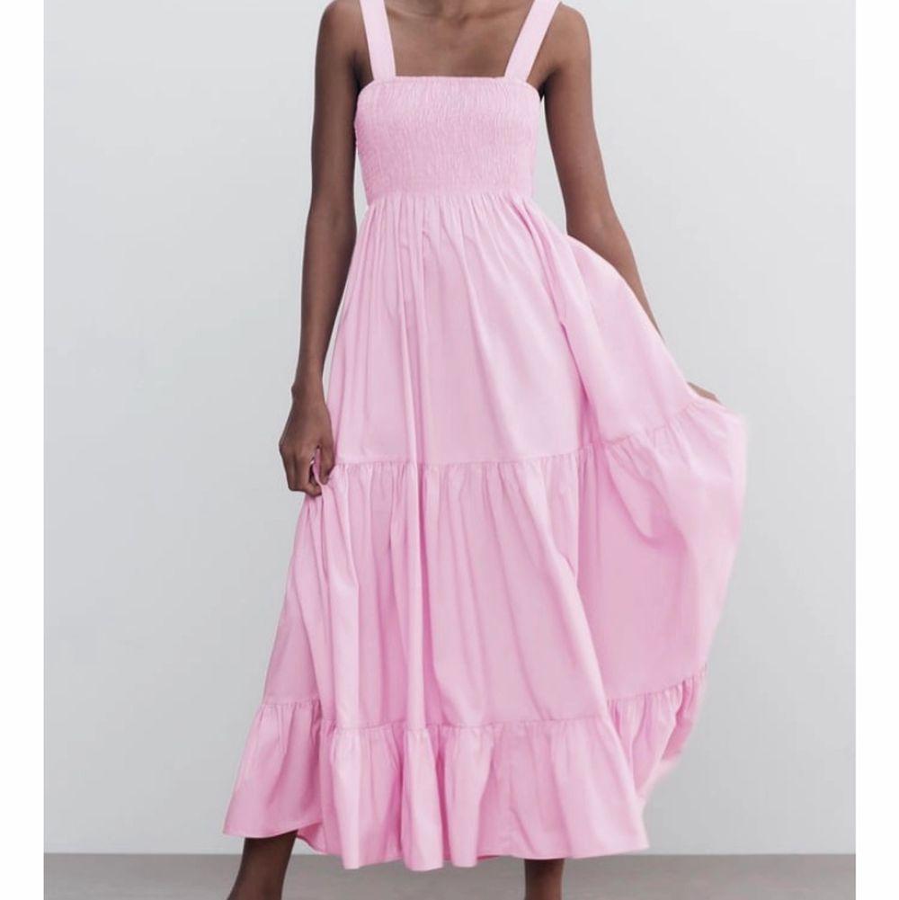 Storlek 38 från Zara. Den är helt oanvänd, jag säljer för att den inte kommer till användning . Klänningar.