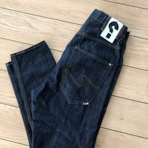 Skitsnygga jeans från Sweet Skateboards. Storlek 26 tum. Kapade på längden till mig som är 158 cm lång. Baggy i grenen och tightare ben. Ge mig ett bud.