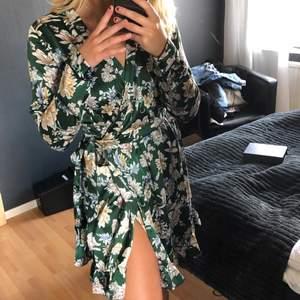 Superfin blommig klänning från Vila, endast använd en gång🌼🌸💚