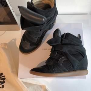Kollar intresset för mina Isabel Marant sneakers. Väldigt bra skick. Köpta för 4200kr på Mytheresa. Buda från 2200kr eller köp direkt för 2400kr. Dustbag och låda tillkommer 💘