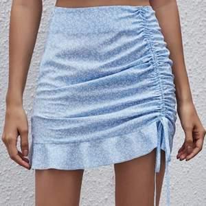 Supersöt kjol med mönster på. Aldrig använd då den inte riktigt var min stil. Passar en S. Frakt tillkommer 💓