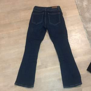 Cropped flare bootcut jeans ifrån five unit. Har ett litet hål på knät som borde gå lätt att laga, se bild 3. Köparen står för frakten