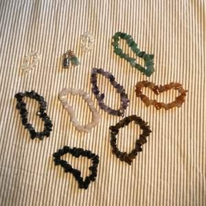 Kristallsmycken med äkta kristaller som jag gjort själv! Armbanden: 50kr/st. Ringar: 25kr/st Hängen till halsband: 50kr/st.   !!12kr för frakt!!  bläddra för att se vilka slags kristaller det är! FINNS MASSOR AV KRISTALLER PÅ MIN SIDA!!!💖💖💖