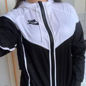 Populära windbreakern från Nike i strl S. Helt oanvänd! Skriv ett pris som känns rimligt för dig vid intresse! Hör av dig för fler bilder eller frågor🤍