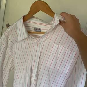 Snyggt vit skjorta med röda ränder snygg att styla med typ ett linne o jeans köpt secondhand för 80kr, lite tjockare material så prefekt till hösten.