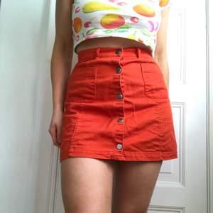 Orange kjol, från monki! Storlek XS, men skulle även tro att den passar S