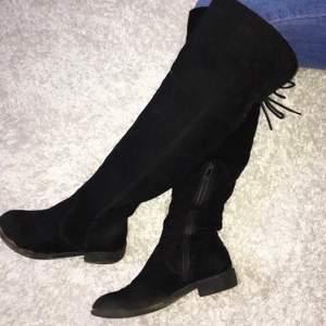 Fina, knappt använda overknee boots, i svart mocka, nyskick, storlek 37 (passar även 38) och väldigt stilrena🖤
