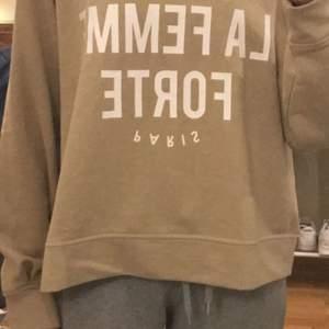 beige sweatshirt köpt på stadium i somras, använd typ 3 gånger, priset är inklusive frakt