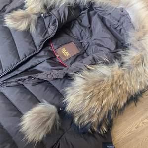 Brun dunjacka med äkta päls från märket Bark Of Sweden. Storlek 36. Köpt för ca 3000kr. Tar bud.