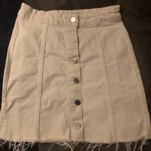 Populär vit jeans kjol från Gina. Skriv om ni undrar över något 🥰